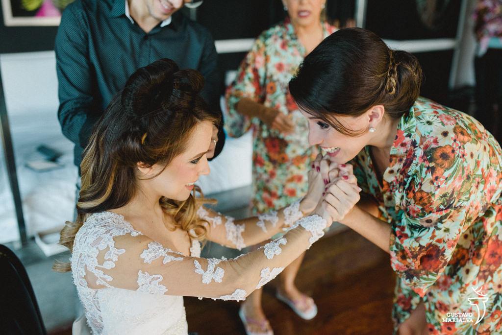 noiva e madrinha emocionadas durante o making of de casamento