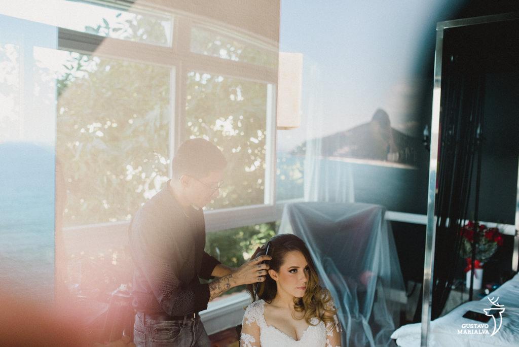 noiva sendo maquiada com o pão de açúcar como vista durante o making of do casamento