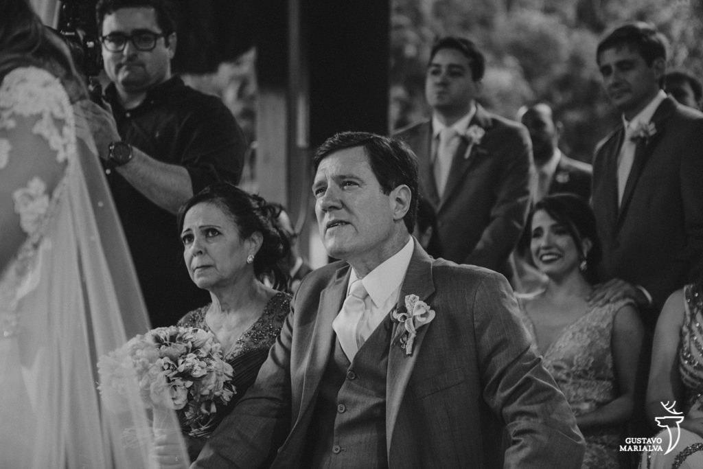 pai chorando na cerimônia de casamento