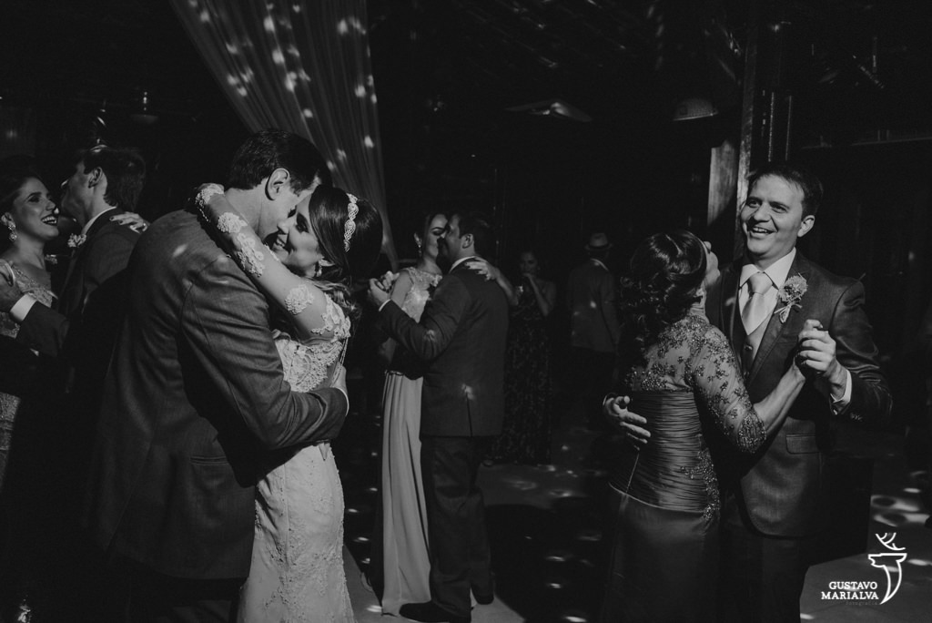 noivos dançando durante a festa de casamento