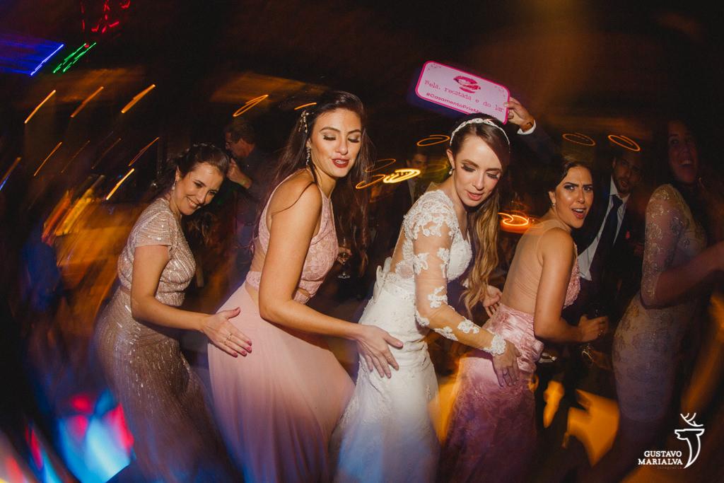 noiva e madrinhas dançando funk na festa de casamento