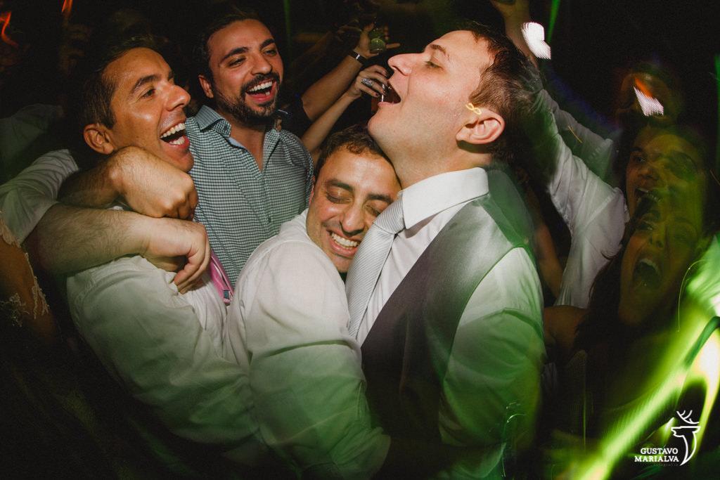 amigos abraçando o noivo na festa de casamento