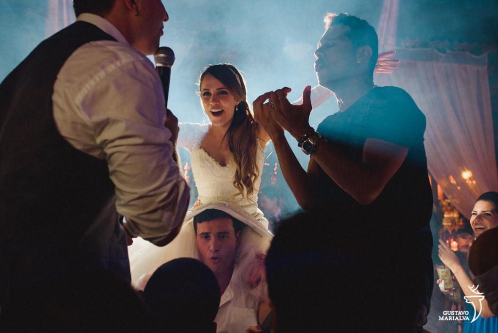 noivo cantando funk para noiva na festa de casamento