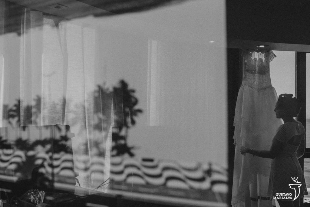 vestido da noiva no reflexo do quadro