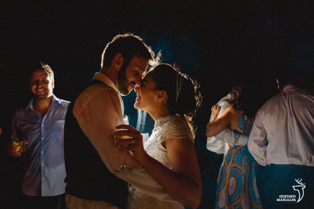 noivos emocionado na festa de casamento