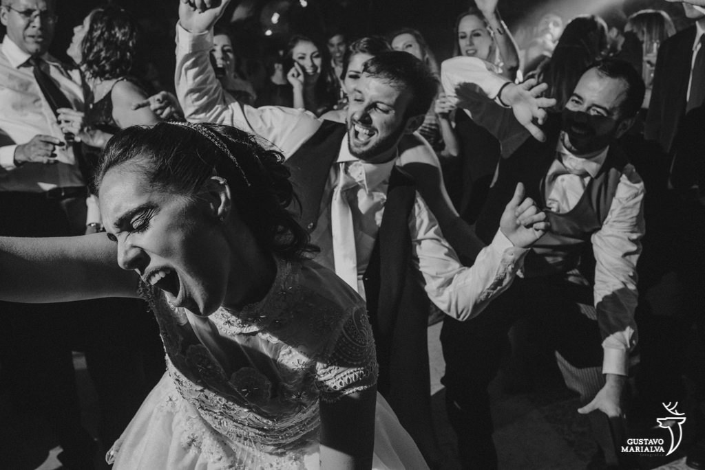 noivos dançando com amigos na festa de casamento