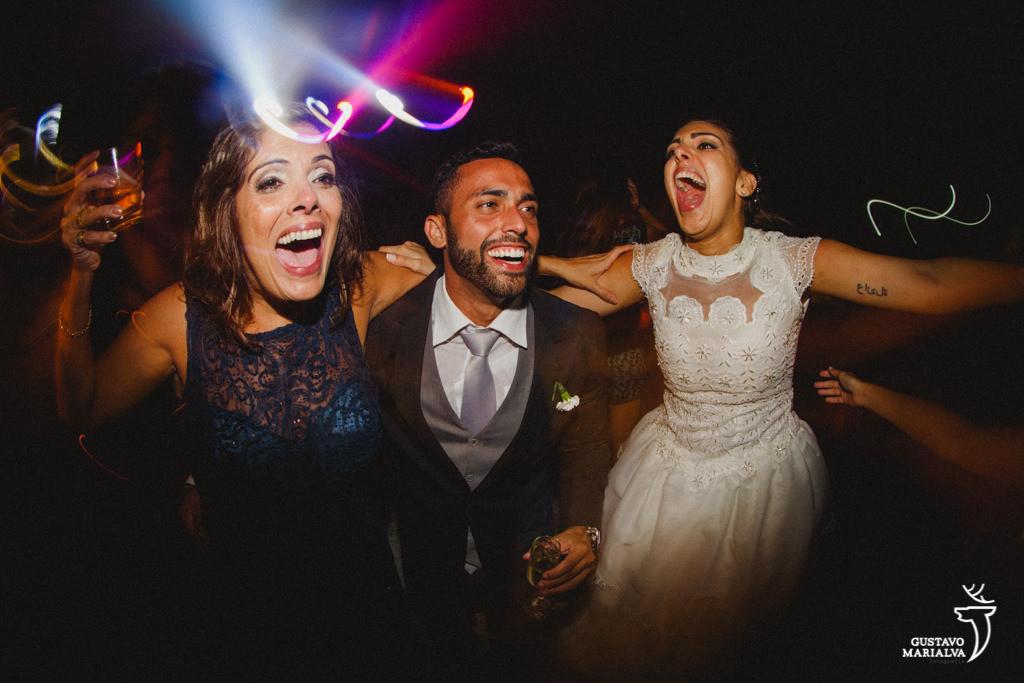 mãe e noiva cantando na festa de casamento