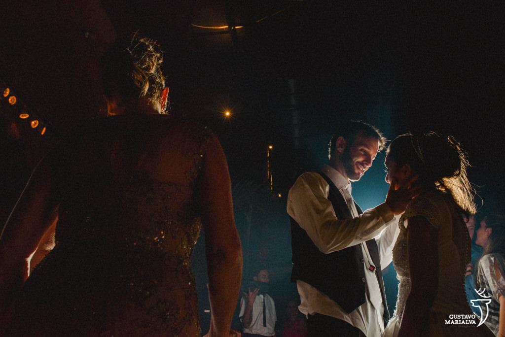 noivos dançando emocionados na festa de casamento