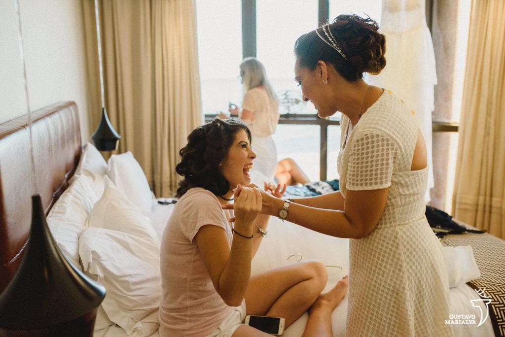 noiva e irmã brincando durante o making of do casamento