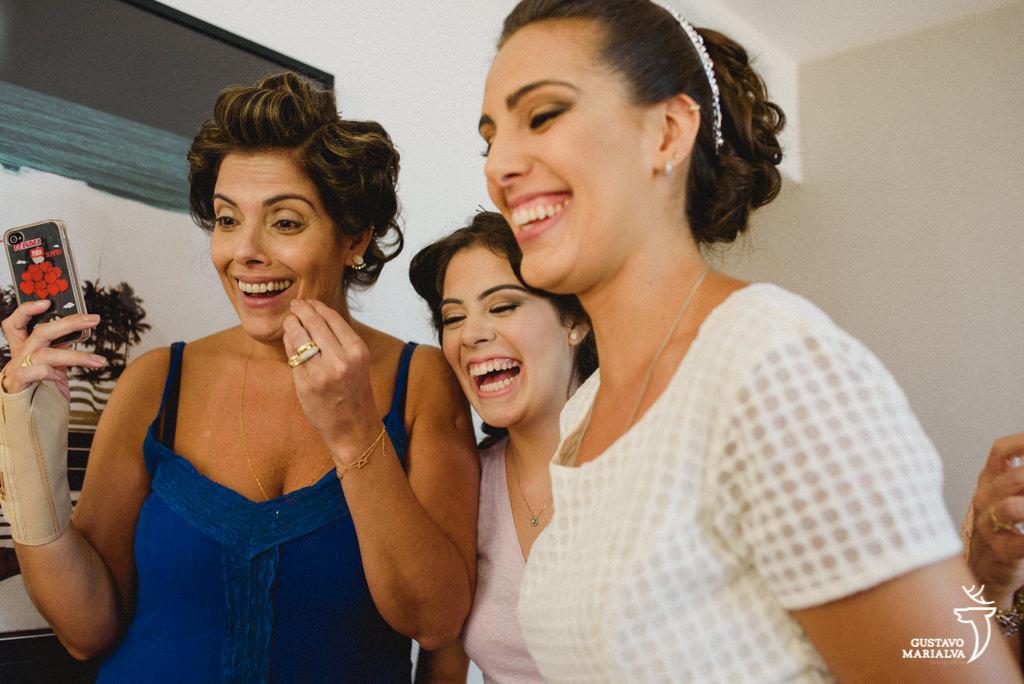 noiva, mãe e irmã emocionadas vendo a avó maquiada durante o making of do casamento
