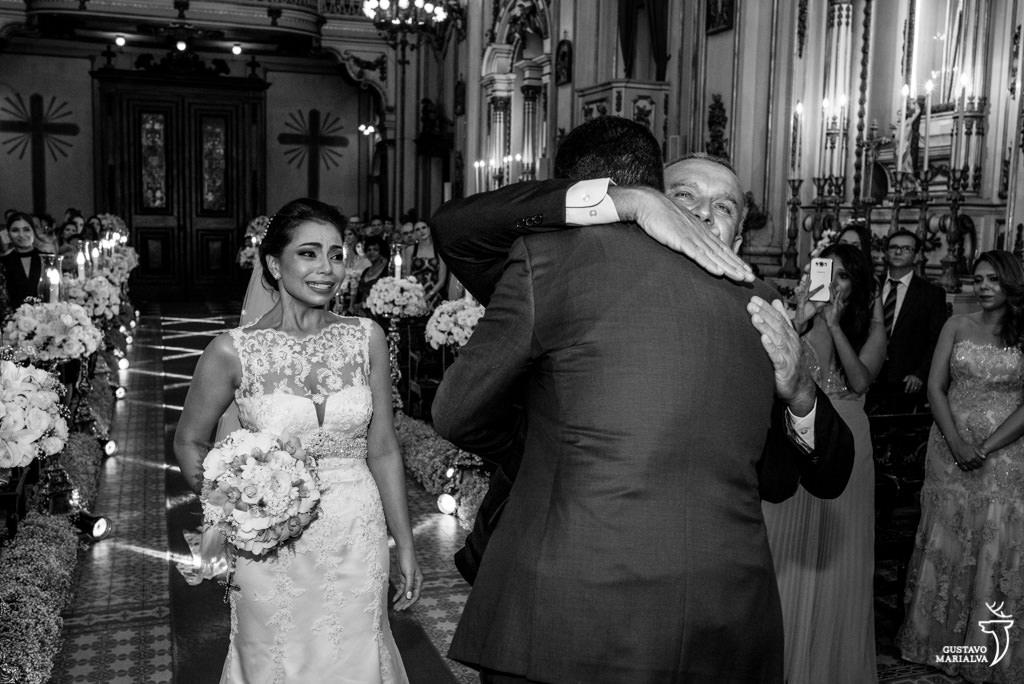 noiva emocionada entrando na cerimônia do casamento
