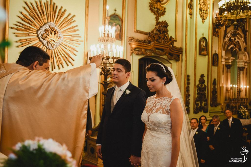 noivos concentrados na cerimônia do casamento