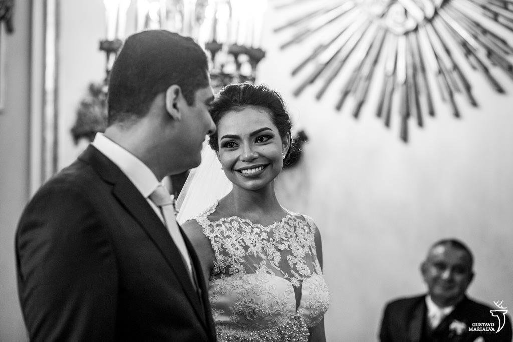 noiva sorrindo na cerimônia do casamento