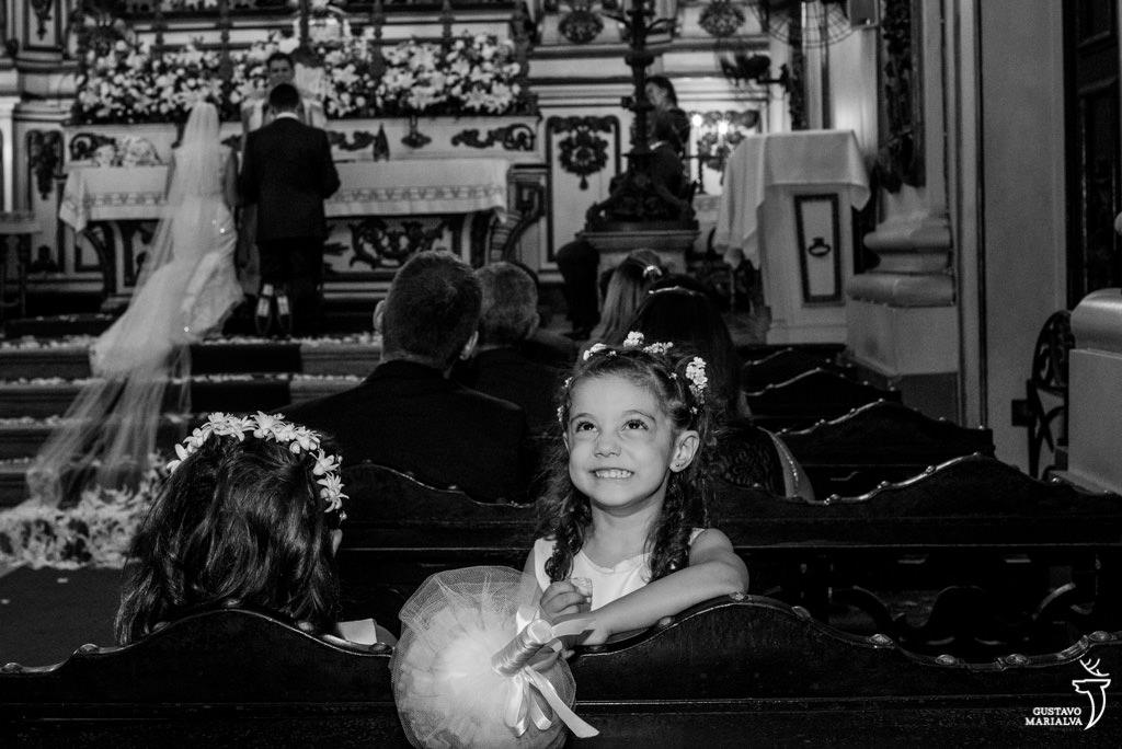 daminha fazendo careta na cerimônia do casamento