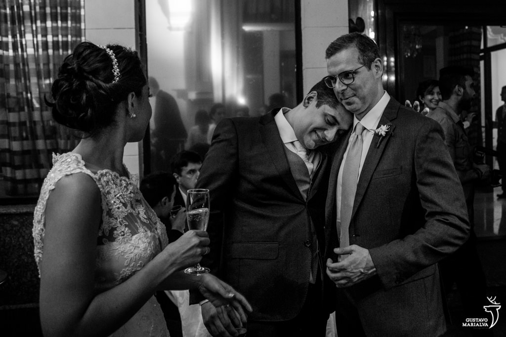 noivo abraçando padrinho na festa de casamento