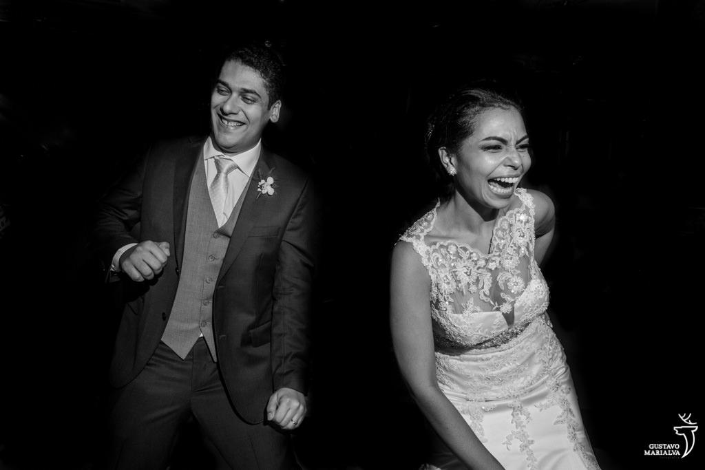 noivos dançando e sorrindo na festa de casamento