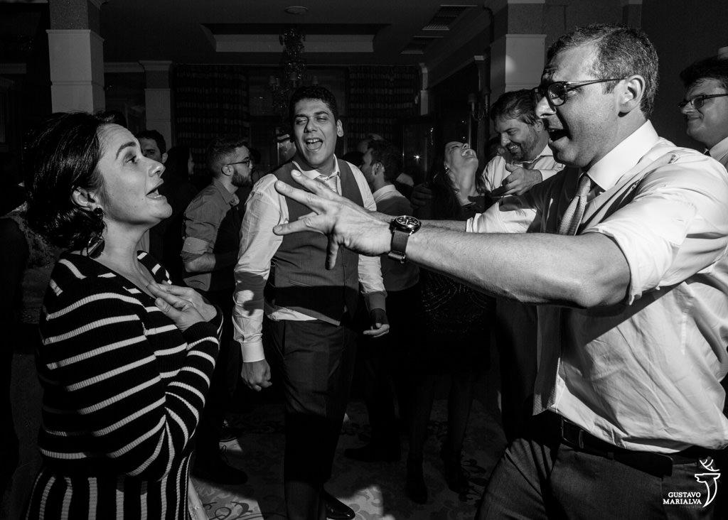 amigos dançando na festa de casamento