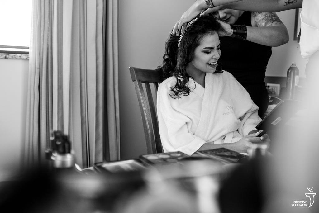 noiva sentindo dor ao colocar os grampos no making of do casamento