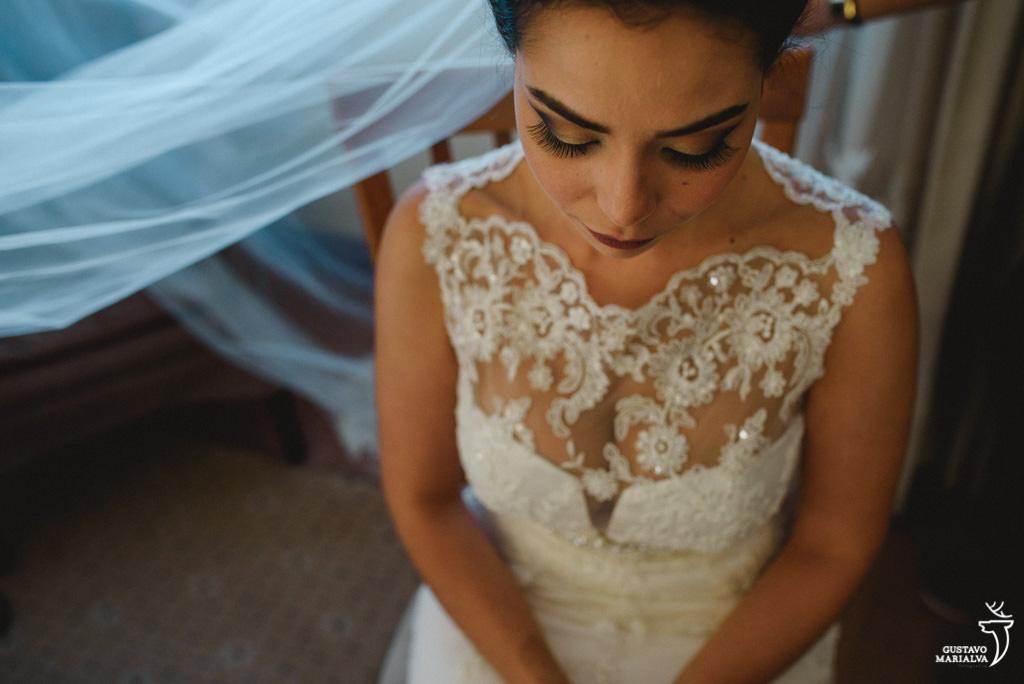 noiva emocionada colocando o véu no making of do casamento