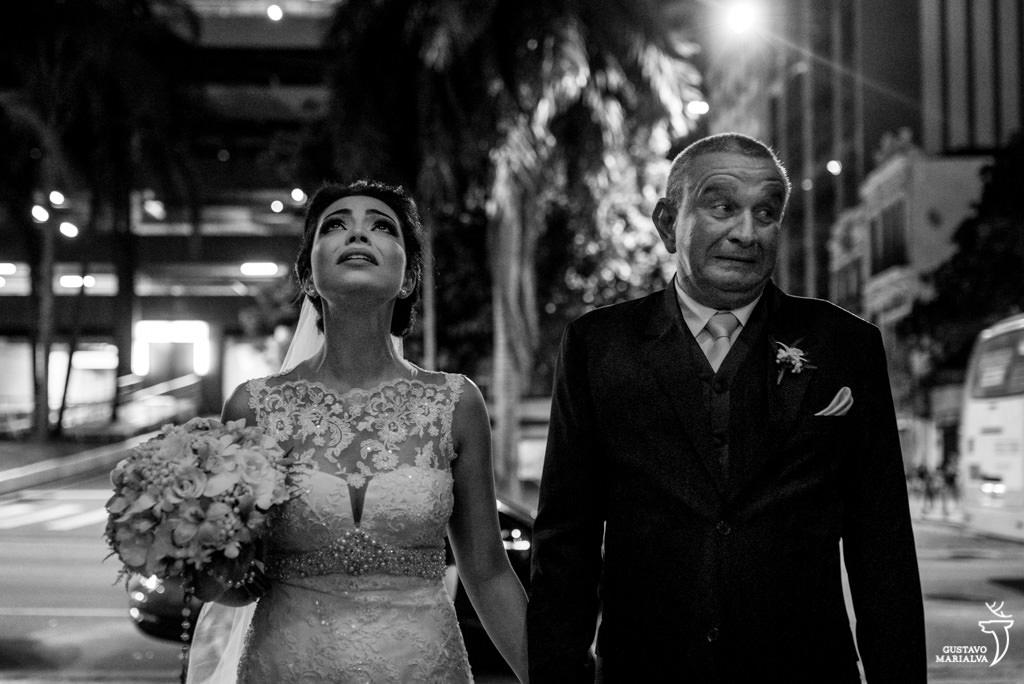 noiva chorando antes de entrar na cerimônia do casamento