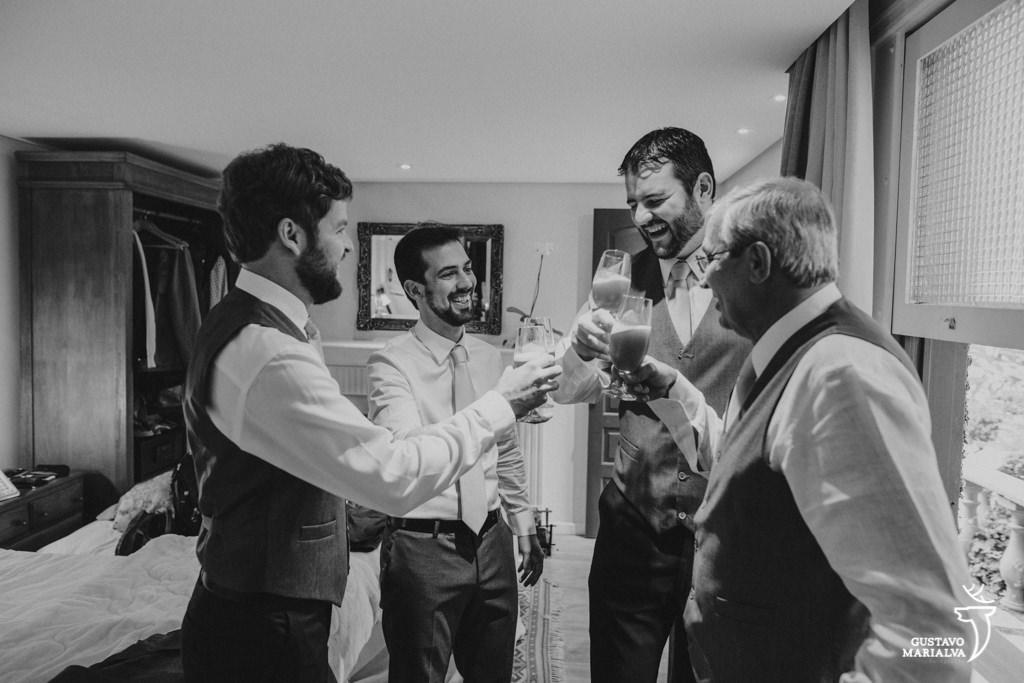 noivo brindando com padrinhos