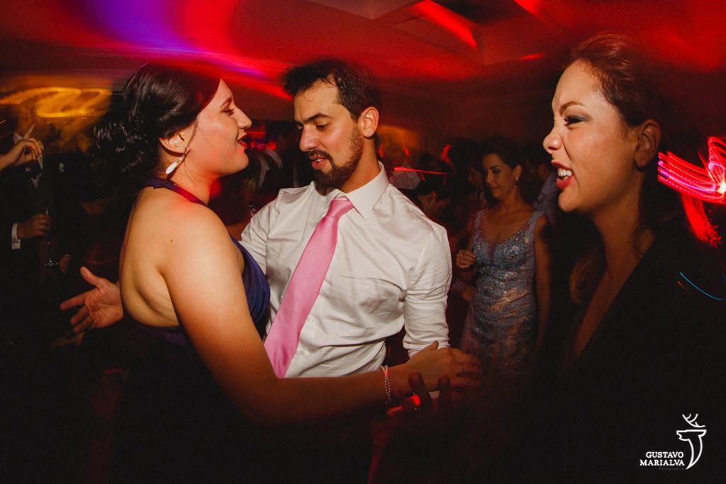 noivo dançando com irmã
