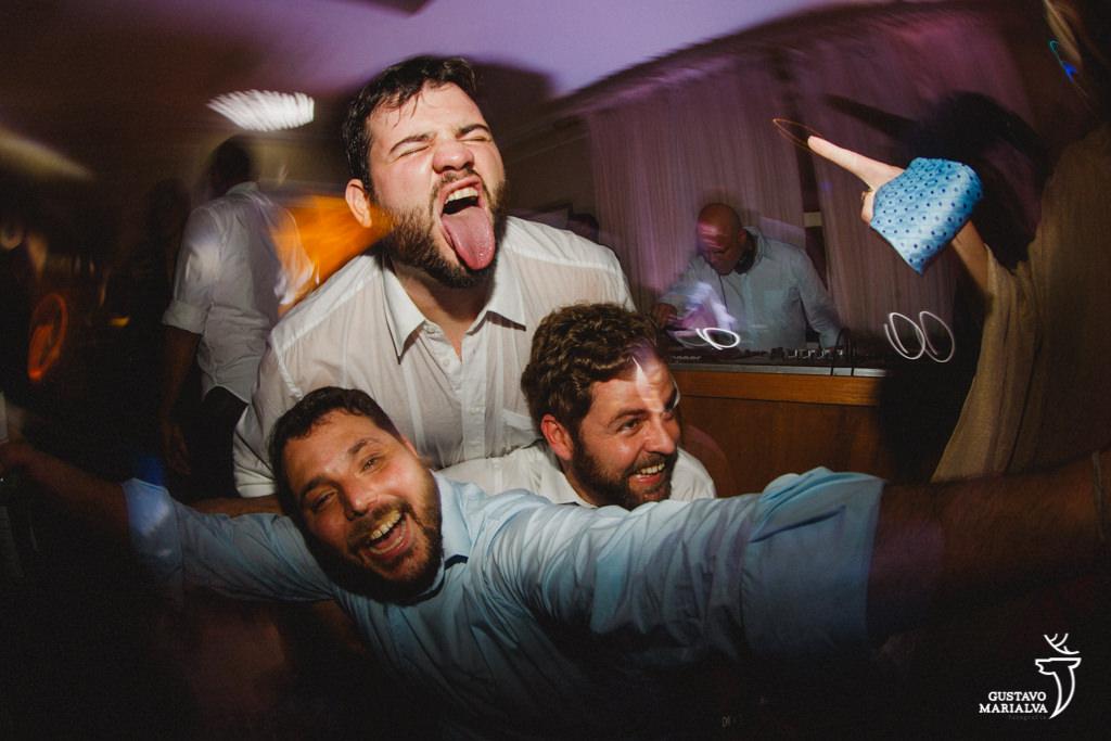 convidados dançando e gritando durante a festa de casamento