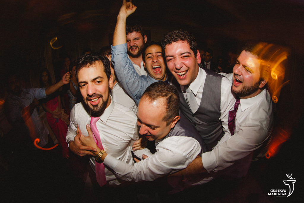 amigos agarrando o noivo na festa de casamento