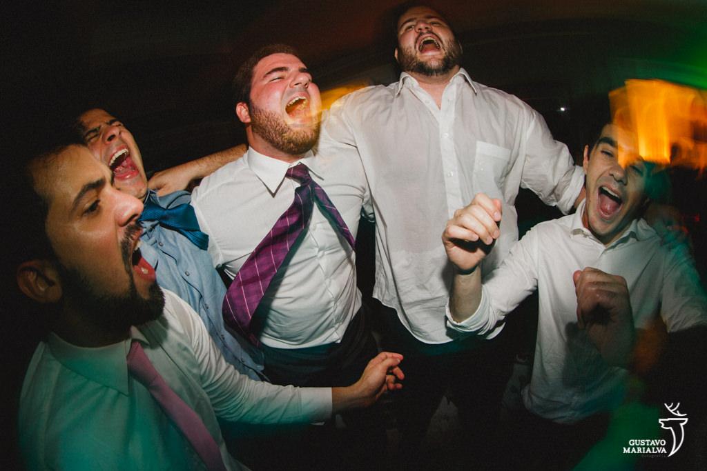 amigos cantando na festa de casamento