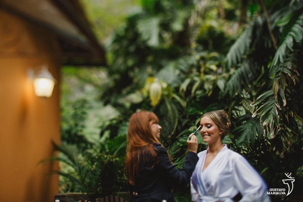 noiva passando blush durante o making of do casamento
