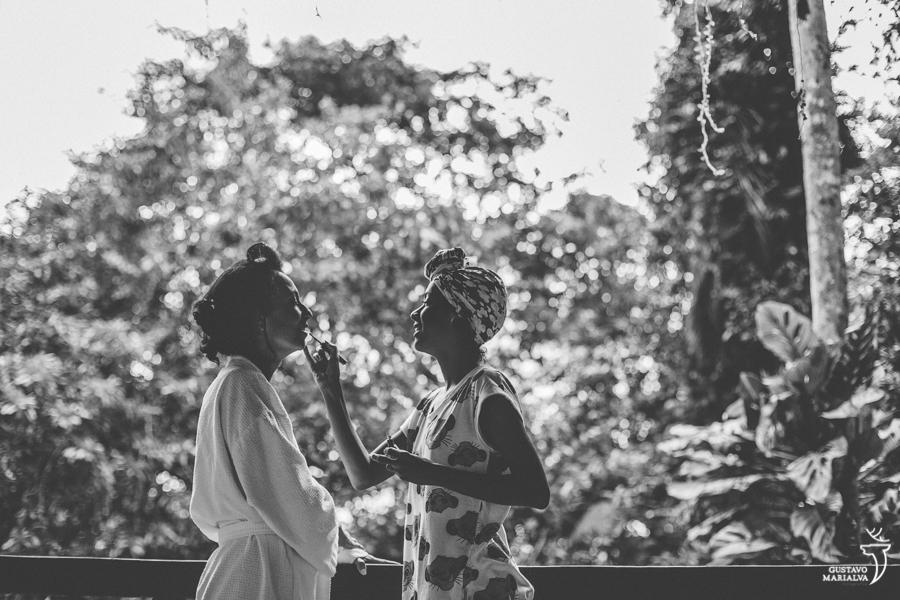 noiva sendo maquiada pela irmã no making of do casamento
