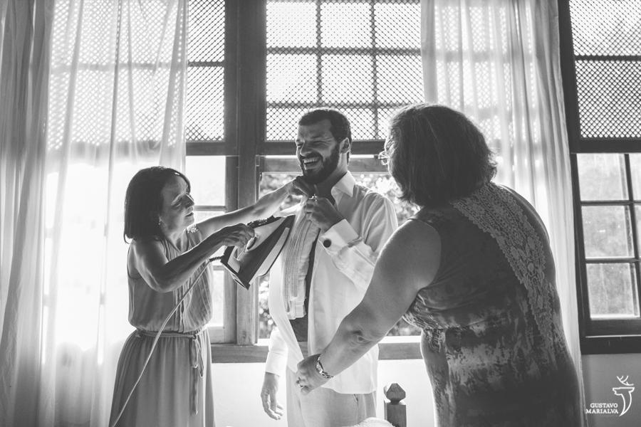 mãe da noiva passando a camisa do noivo