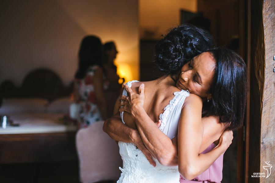 noiva e mãe se abraçando no making of do casamento