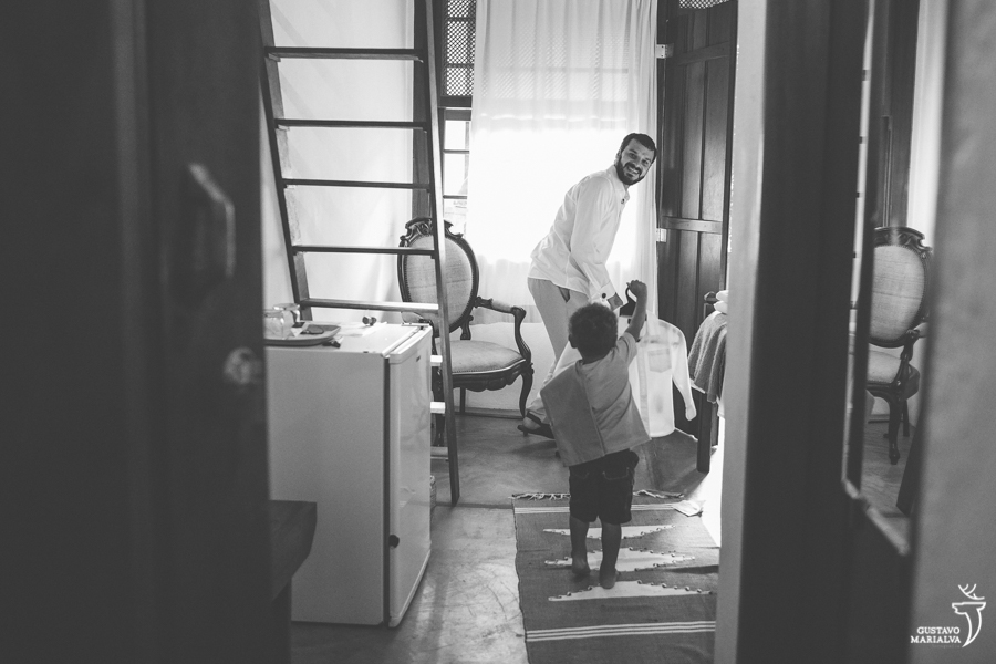 filho do noivo levando a roupa