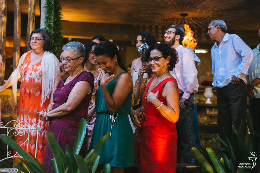 irmã da noiva emocionada na cerimônia do casamento