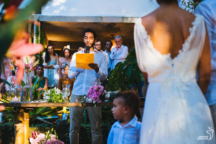 irmão lendo homenagem na cerimônia de casamento