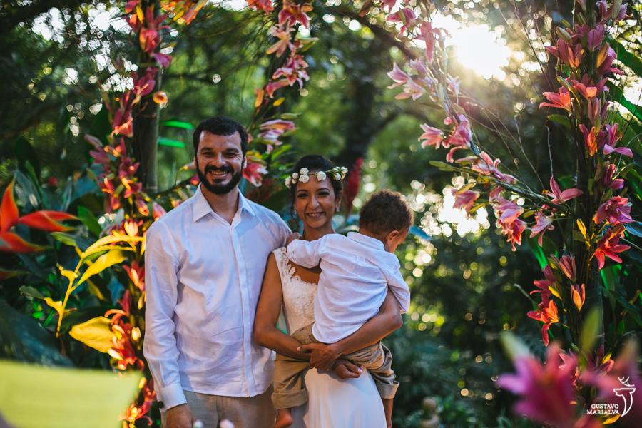 noivos com filho no colo na cerimônia de casamento