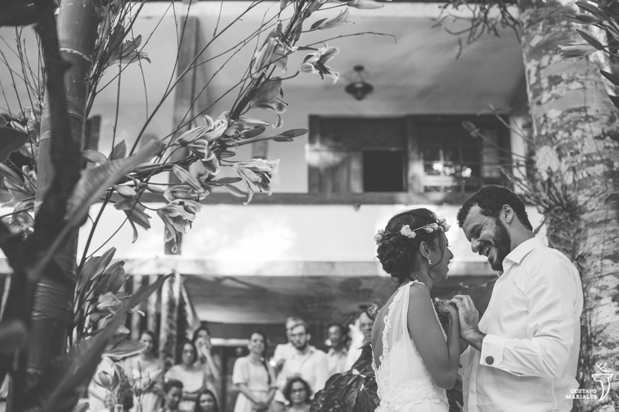noivos trocando alianças durante a cerimônia de casamento
