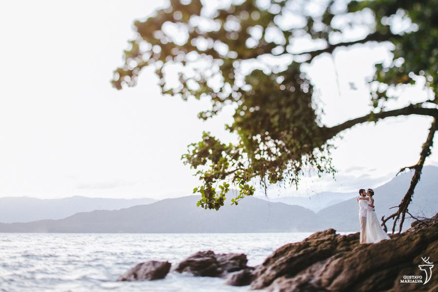 noivos posando para retratos na praia de picinguaba
