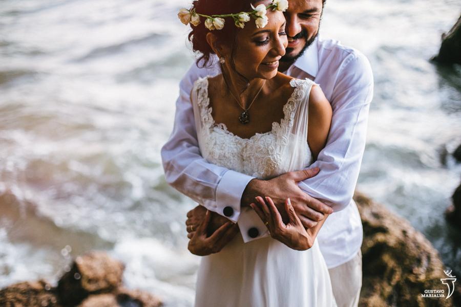 noivo abraçando a noiva