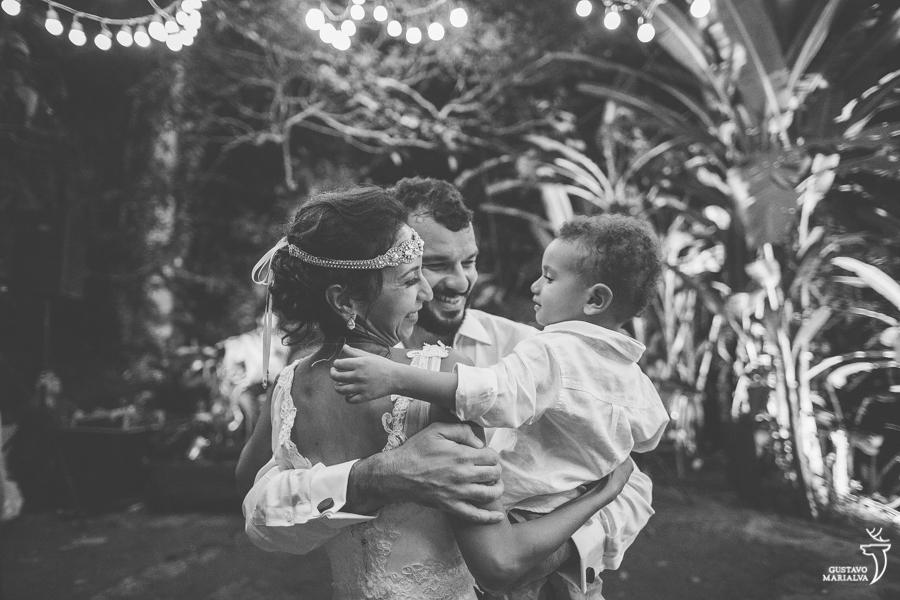 noivos dançando com filho na festa de casamento