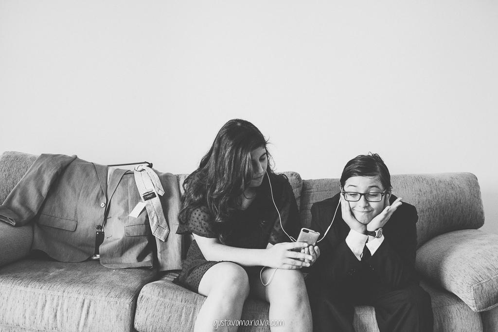 filhos do noivo brincando no making of do casamento