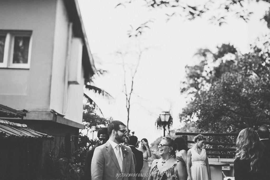 noivo e mãe sorrindo na entrada da cerimônia de casamento