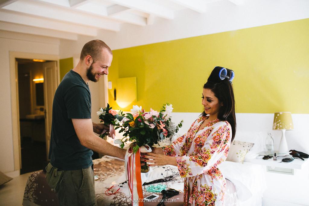 noiva recebendo o buquê no making of do casamento