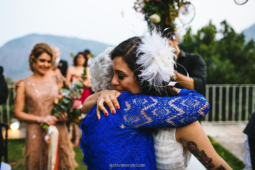 noiva abraçando a avó na cerimônia de casamento