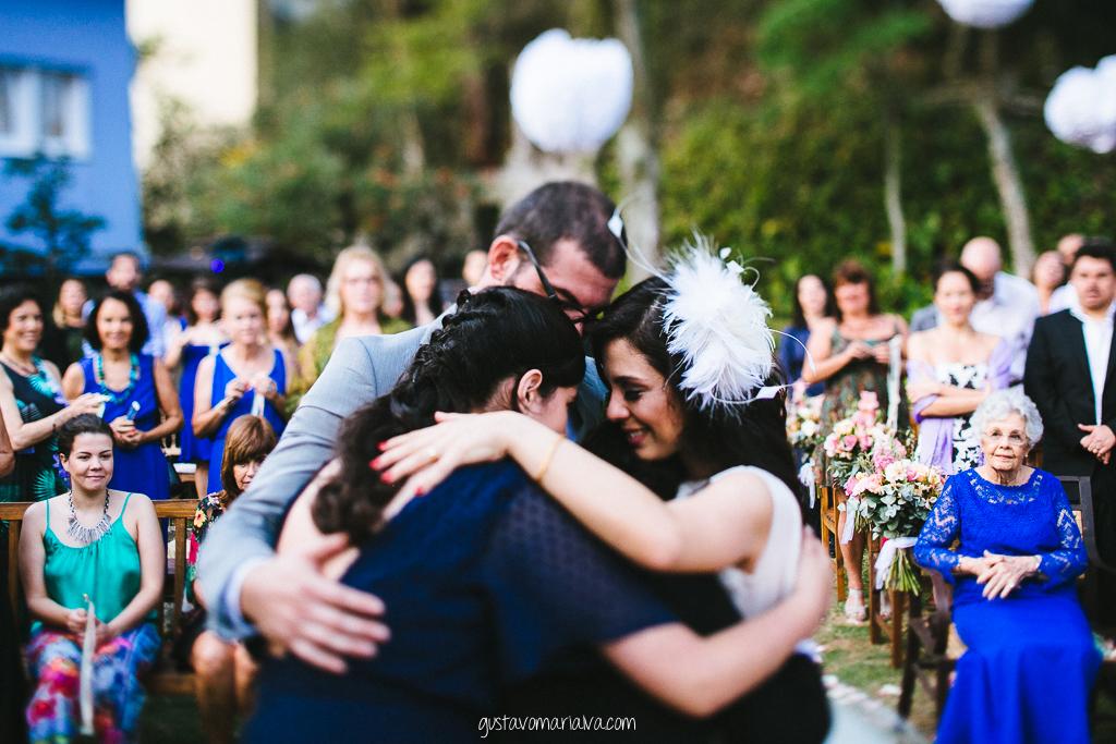 noivos e filhos se abraçando na cerimônia de casamento