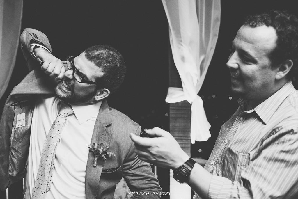 noivo mordendo charuto na festa de casamento