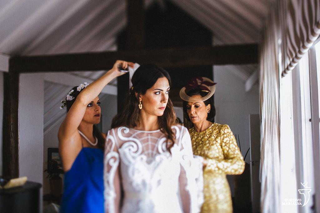 noiva colocando o véu durante o making of do casamento