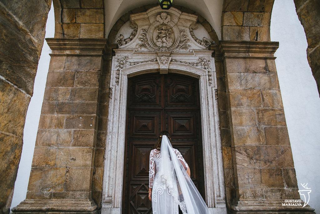 noiva ansiosa esperando entrar na cerimônia