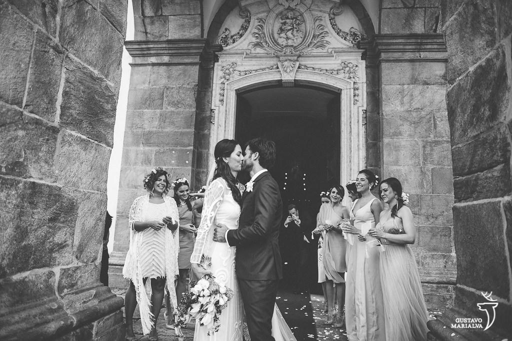 noivo se beijando na porta da igreja
